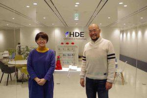 株式会社HDEのオフィス前にて、人事部の髙橋さんとインタビューワーの新多さん