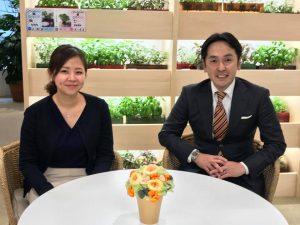 椅子に腰をかける、李 妍暻さん(左)と市川 知之さん(右)